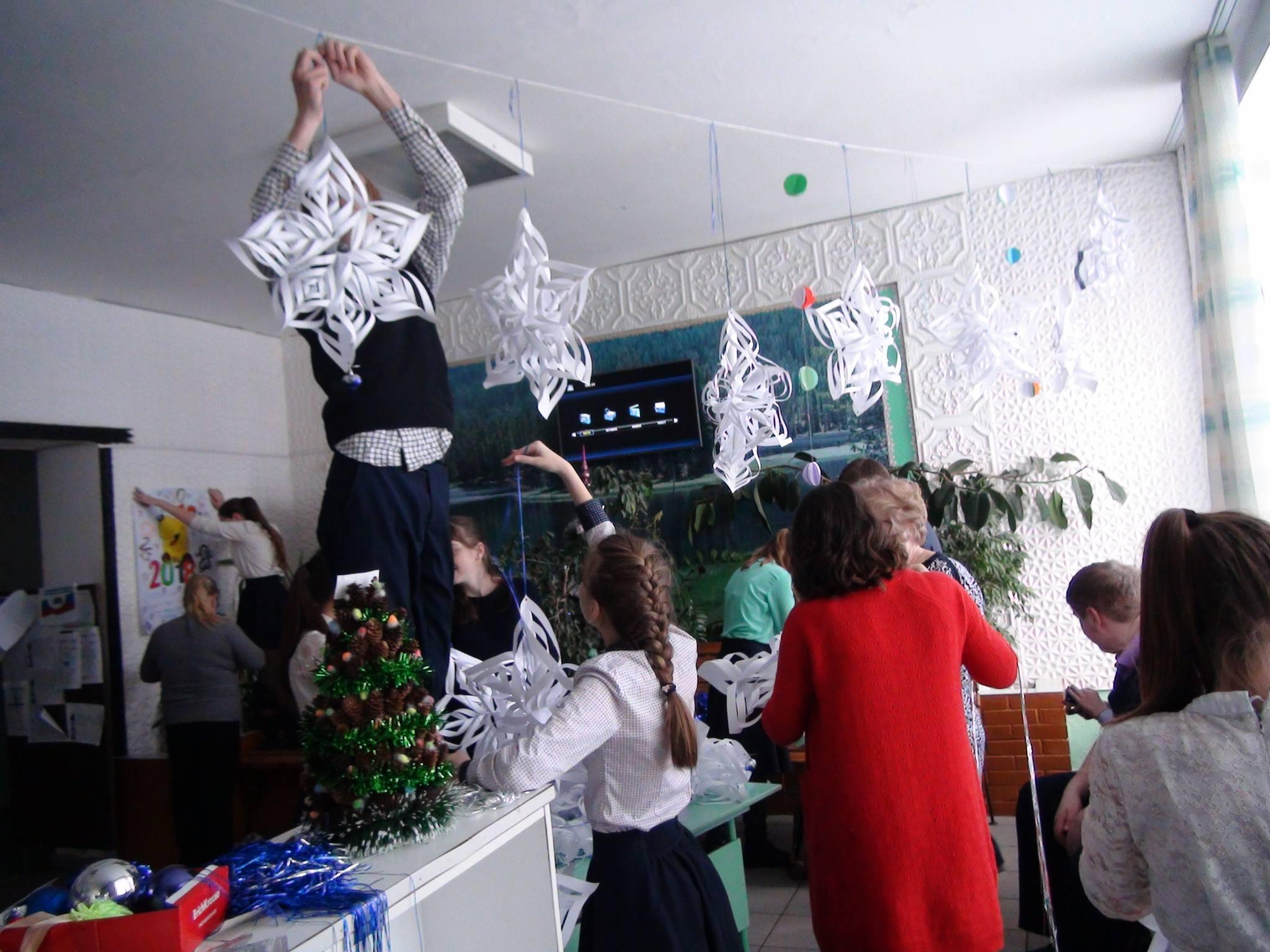 Полным ходом идет украшение школы к Новогодним утренникам